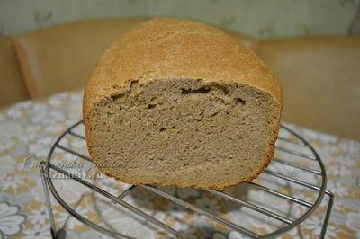 Готовый хлеб на ржаной заквасе с пшеничной цельнозерновой мукой на решетке